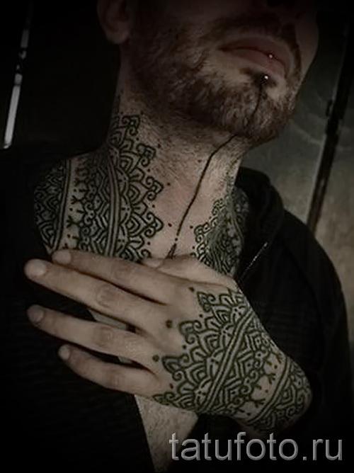 узоры в татуировке на мужской шее - фото