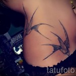 swallow tattoo on her hip 1