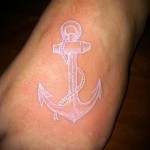Белая татуировка - вариант с якорем для моряка