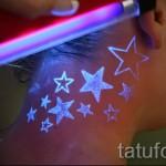 Белая татуировка - звезды на шее - светятся в темноте