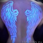 Белая татуировка - светящиеся на спине крылья