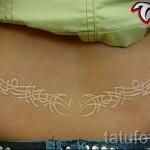 Белая татуировка - узор на пояснице