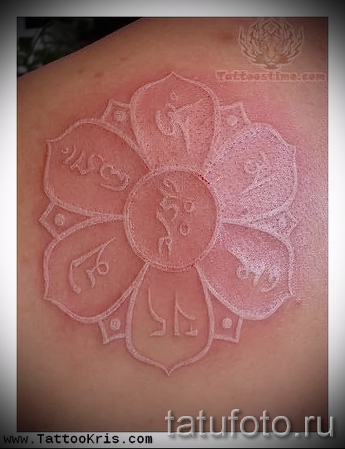 Белая татуировка - цветок и иероглифы