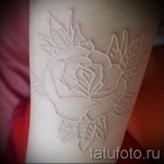 Белая татуировка - цветок на руку