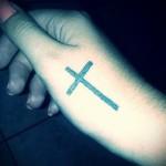 Kreuz-Tattoo auf der Hand - Fotos und Beispiele von 01032016 1