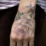 Rose Tattoo auf der Hand - Fotos und Beispiele von 01032016 3