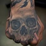 Tattoo Schädel auf der Hand - Fotos und Beispiele von 01032016 3
