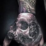 Tattoo Schädel auf der Hand - Fotos und Beispiele von 01032016 4