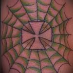тату паутина на локте - рисунок с крестом стилизованным под лист клевера