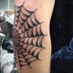 тату паутина на локте - черного цвета с плотными линиями