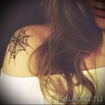 тату паутина на плече - маленька я татуировка у красивой молодой девушки