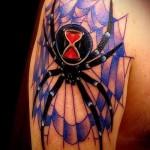 тату паутина с пауком - классная цветная татуировка в рисунке которой у паука есть песочные часы