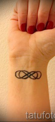 двойная бесконечность тату значение – пример готовой татуировки на фото 5
