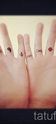значение тату бесконечность на пальце – пример готовой татуировки на фото 2