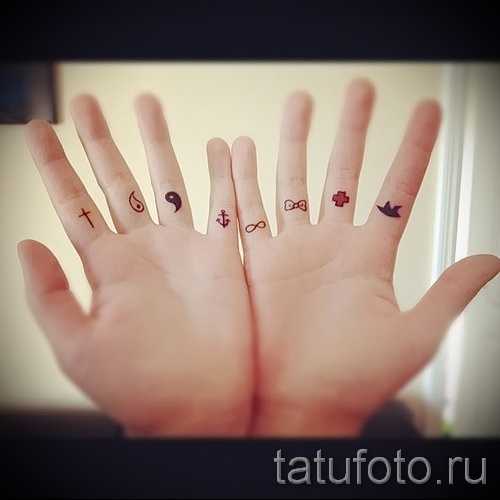Клевер тату на пальцах фото