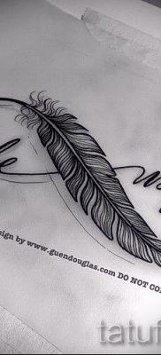 значение тату бесконечность с пером – пример готовой татуировки на фото 2