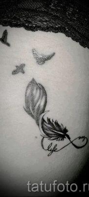 значение тату бесконечность с пером – пример готовой татуировки на фото 3