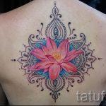цветная мандала и цветок в женской тату на спину