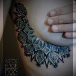 фотография классной женской татуировки под правой грудью с рисунком мандалы
