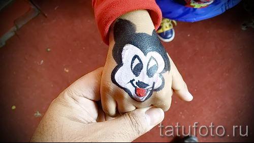 Mickey Mouse-Tattoo auf der Hand - fertigen Tätowierung auf 16052016 2