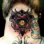 Tattoo-Auge im Dreieck auf dem Hals - ein Foto des fertigen Tätowierung 13052016 1