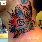 Tattoo-Auge im Dreieck auf dem Hals - ein Foto des fertigen Tätowierung 13052016 2