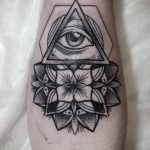 Tattoo-Auge im Dreieck auf dem Unterarm - ein Foto des fertigen Tätowierung auf 13052016 1