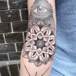 Tattoo-Auge im Dreieck auf dem Unterarm - ein Foto des fertigen Tätowierung auf 13052016 3