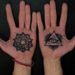 Tattoo-Auge im Dreieck auf der Hand - ein Foto des fertigen Tätowierung 13052016 1