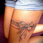 Tattoo-Strumpfband mit einem Bogen auf seinem Bein - Beispielfoto des fertigen Tätowierung 02052016 1