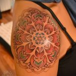 couleur de tatouage mandala - Photo exemplaire du tatouage fini sur 01052016 1
