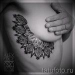 класная татуировка с мандалой под женскую грудь - фото