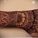 прикольная татуировка с мандалой на кисть женской руки - фото