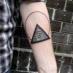 oeil de tatouage dans le triangle sur l'avant-bras - une photo du tatouage fini sur 13052016 1