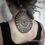 oeil de tatouage dans le triangle sur le cou - une photo du tatouage fini 13052016 1