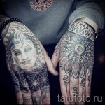 мандала в татуировке на внешней стороне руки - фото