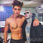 un gars avec un tatouage de crâne sur son visage - un exemple photo 1