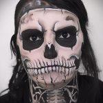 un gars avec un tatouage de crâne sur son visage - un exemple photo 2