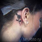 тату за ухом для девушек - фотографии вариантов готовых татуировок 13