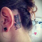 тату за ухом для девушек - фотографии вариантов готовых татуировок 15