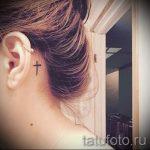 тату крест за ухом - фотографии вариантов готовых татуировок 1