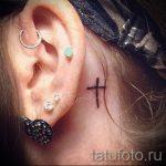 тату крест за ухом - фотографии вариантов готовых татуировок 10