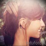 тату крест за ухом - фотографии вариантов готовых татуировок 2