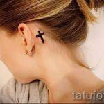 тату крест за ухом - фотографии вариантов готовых татуировок 5