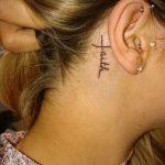 тату крест за ухом - фотографии вариантов готовых татуировок 9