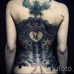 тату кружева на спине - фото пример готовой татуировки 12
