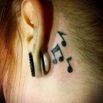 тату ноты за ухом - фотографии вариантов готовых татуировок 3