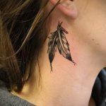 тату перо за ухом - фотографии вариантов готовых татуировок 3