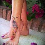 тату перо на лодыжке - классные фото готовой татуировки 4