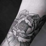 тату пионы на лодыжке - классные фото готовой татуировки 1